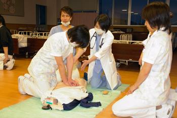 BLS講習会にて、心臓マッサージの練習中です