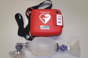 上がAEDの外観で、下が人工呼吸用器具です